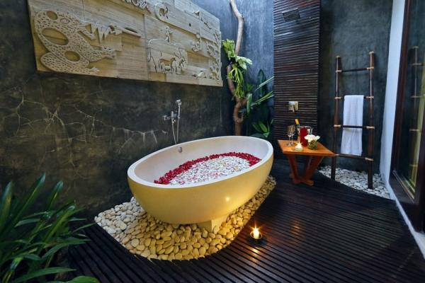1BR Flower Petal On Bathtub And Champagne For Honeymooner