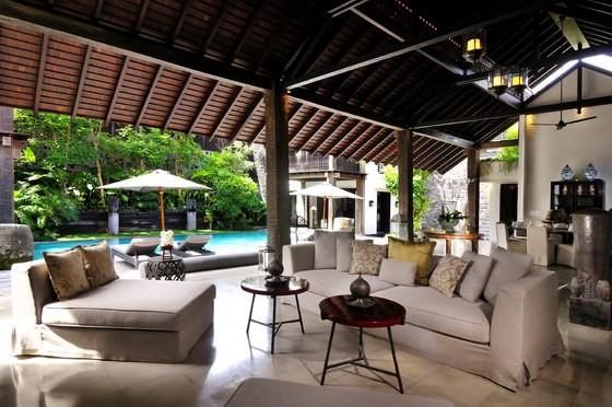 Open Style Living Area Overlooking The Pool
