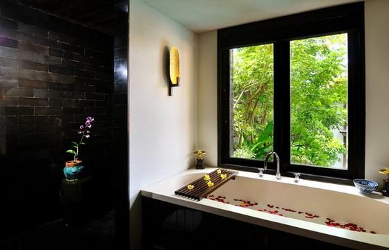 Indoor Bathtub With Flower Petal